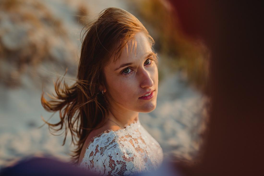plener ślubny sesja ślubna nad morzem zachód słońca pogorzelica fot Krystian Papuga
