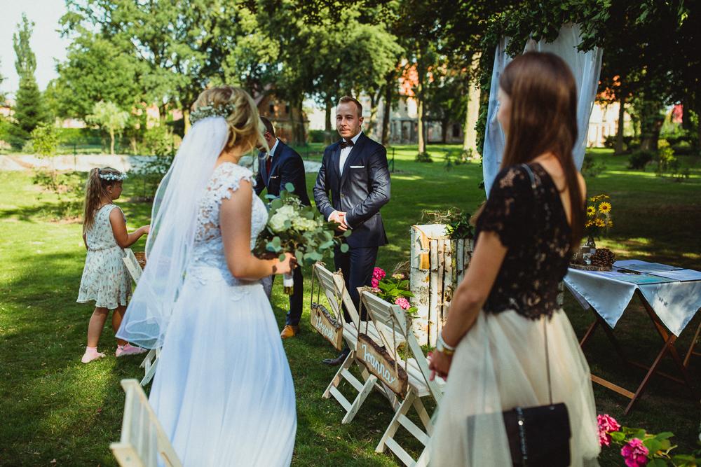 first look pierwsze spojrzenie pary młodej podczas ceremonii ślubnej