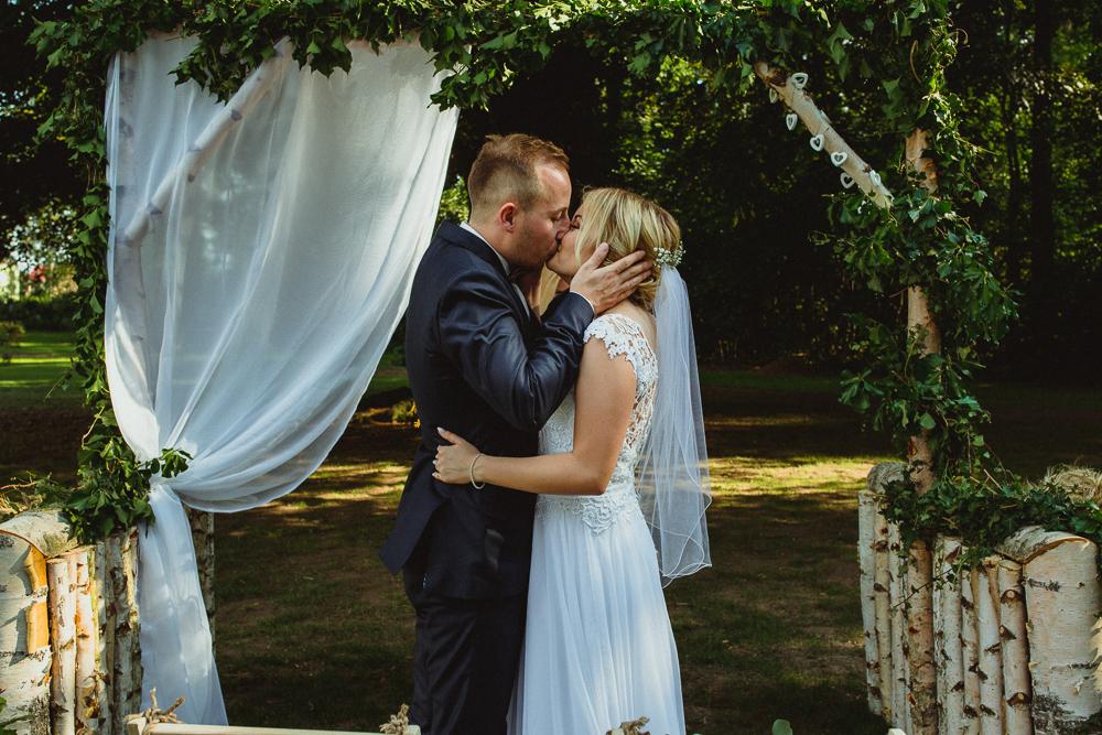 rustykalny ślub plenerowy w parku wrocław dolnyśląsk fot. Krystian Papuga