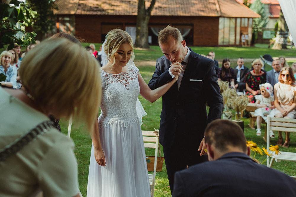 ślub plenerowy w parku