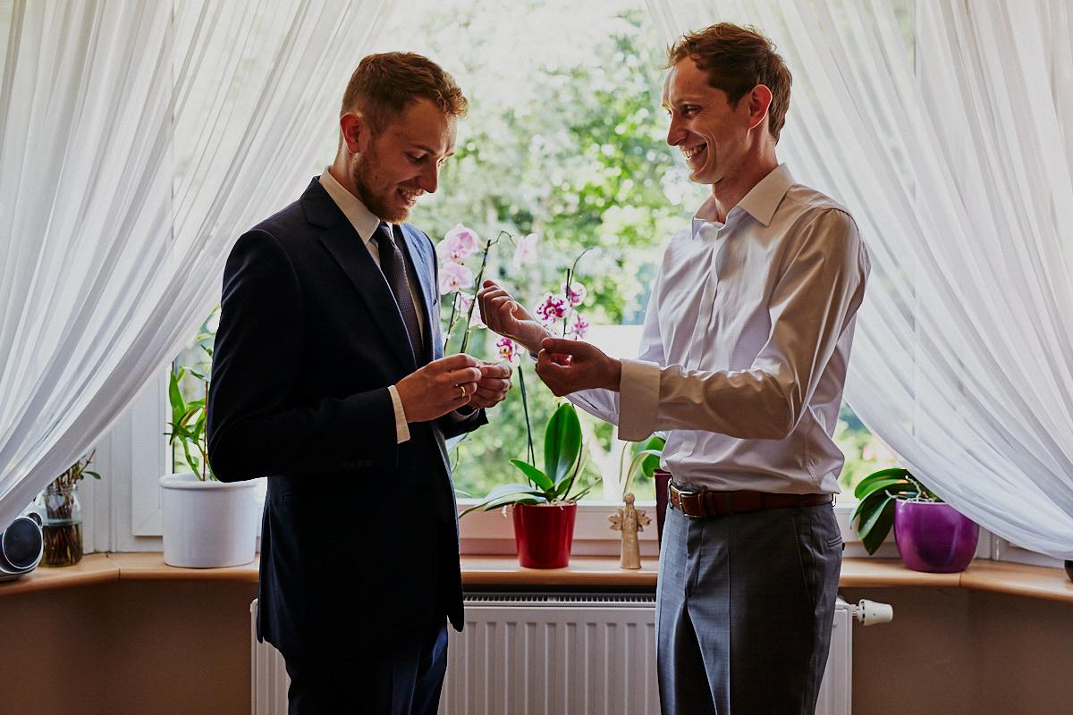 Fotografia ślubna Głogów Pan młody przygotowania do ślubu